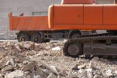 跟踪挖掘机和翻斗车瓦砾残骸过度负荷  库存照片