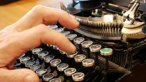 跟踪键入-作家和编辑的减速火箭的打字机 股票视频