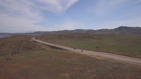 跟踪黑跑车农村路的天线 影视素材