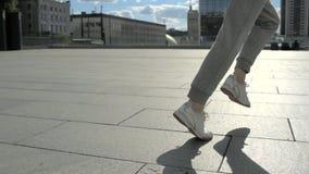 跟踪runnning在城市的一个人的射击 股票录像