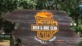 跟随啤酒&幼虫的标志 库存照片