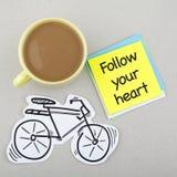 跟随您的心脏词组笔记 库存照片