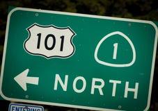 跨境从加利福尼亚的101和PCH高速公路标志 库存图片