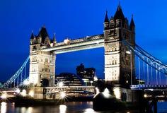 跨接伦敦晚上塔视图 免版税库存图片