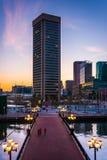 跨接和世界贸易中心在日落在内在港口, 免版税库存图片