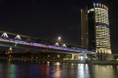 跨接商务中心在河场面的莫斯科晚上 库存图片