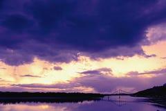 跨接在河Dnieper duaring的日落时间水表面的反射  库存照片