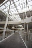 跨接在现代建筑学大厦大厅的转折  图库摄影
