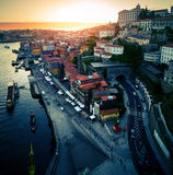 跨接城市在部分波尔图葡萄牙河的建筑douro 免版税库存图片