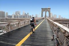 跨接布鲁克林骑自行车者 免版税库存照片