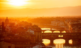 跨接晚上日落的亚诺河河佛罗伦萨意大利老镇 免版税库存图片