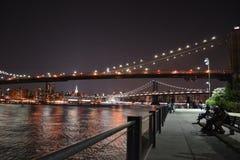 跨接晚上nyc 库存照片