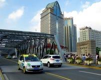 跨接有高现代大厦背景在上海 库存图片