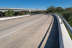 跨接栏杆和路在另一座桥梁下 免版税库存照片
