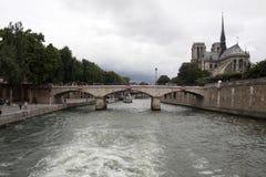 跨接汽车驱动埃菲尔雾法国阴沉的移动巴黎空间塔可视冬天的复制日 库存图片
