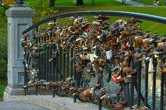 跨接用栏杆围婚礼的许多挂锁 免版税图库摄影
