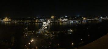 跨接皇家布达佩斯链多瑙河晚上宫殿的全景 库存照片