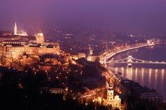 跨接皇家布达佩斯链多瑙河晚上宫殿的全景 免版税库存图片