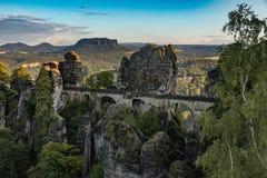 跨接Bastei在撒克逊人的瑞士,夏日,国家公园撒克逊人瑞士 免版税库存照片
