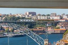 跨接d douro我luis波尔图葡萄牙河视图 雷斯桥梁,以横渡的两个地铁在上面、杜罗河河有小船的和加亚新城市作为背景 库存照片