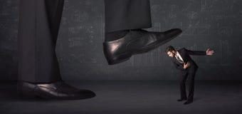 跨步在一个微小的businnessman概念的巨大的腿 免版税库存照片