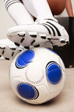 跨步在球的足球磁夹板 库存图片