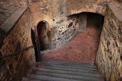 跨步的下降到中世纪城堡的土牢里 免版税库存图片