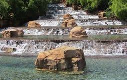 跨步的瀑布庭院风景 免版税库存照片