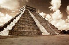 跨步的金字塔的葡萄酒神色在奇琴伊察,墨西哥的 免版税库存图片
