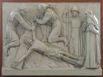 跨的在十字架上钉死的第11个驻地:耶稣被钉牢对十字架 免版税图库摄影