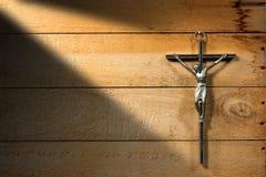 跨的木背景的耶稣 图库摄影