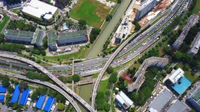 跨线桥、连接点、交叉点、路,桥梁等一个巨大的网络的全景空中英尺长度在郑州,都市 股票录像