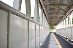 跨线桥是步行在路安全上如此横渡的人的修造 免版税库存照片