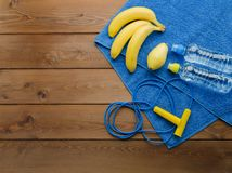跨越横线毛巾瓶水梨和香蕉 免版税库存照片