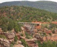 跨过一个五颜六色的峡谷的桥梁在sedona 库存图片