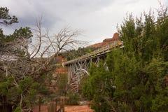 跨过一个五颜六色的峡谷的桥梁在sedona 免版税库存图片