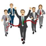跨过与同事的快乐的商人终点线跑在背景中 库存图片