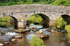 跨过河箭的岗位桥梁在Dartmoor国家公园 免版税库存照片