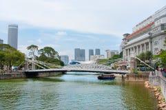 跨过更低的伸手可及的距离新加坡河的Cavenagh桥梁 免版税库存照片