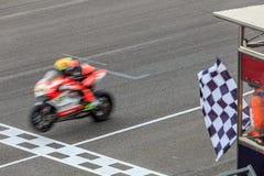 跨过终点线的超级体育摩托车 免版税库存图片
