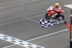 跨过终点线的超级体育摩托车 免版税库存照片