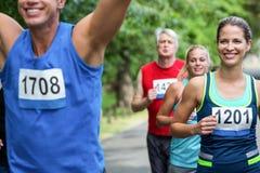 跨过终点线的马拉松男性运动员 免版税图库摄影