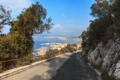路下坡在岩石峭壁边缘,直布罗陀夏季 库存照片