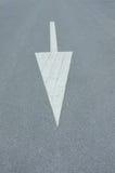路与箭头的沥青纹理 库存图片