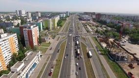 路交叉点在现代城市在夏日,鸟瞰图 股票视频