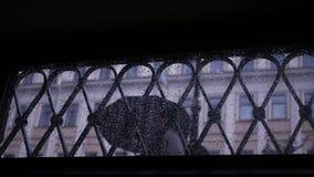 路人去雨在通过格栅窗口的伞下 慢的行动 1920x1080 充分的HD 股票视频