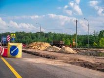 路修理,沙子堆和操刀障碍,高速公路沥青改善 免版税库存图片
