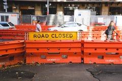 路关闭在障碍建筑唱歌安置了在悉尼, 免版税库存图片