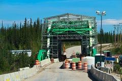 路减少到一条车道作为桥梁被重建 免版税库存照片