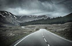 路到山脉里 库存照片